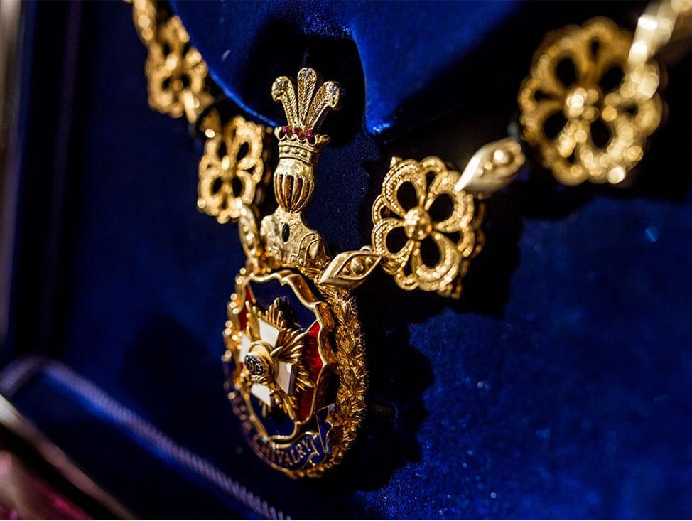 zlatni orden u plavom ramu